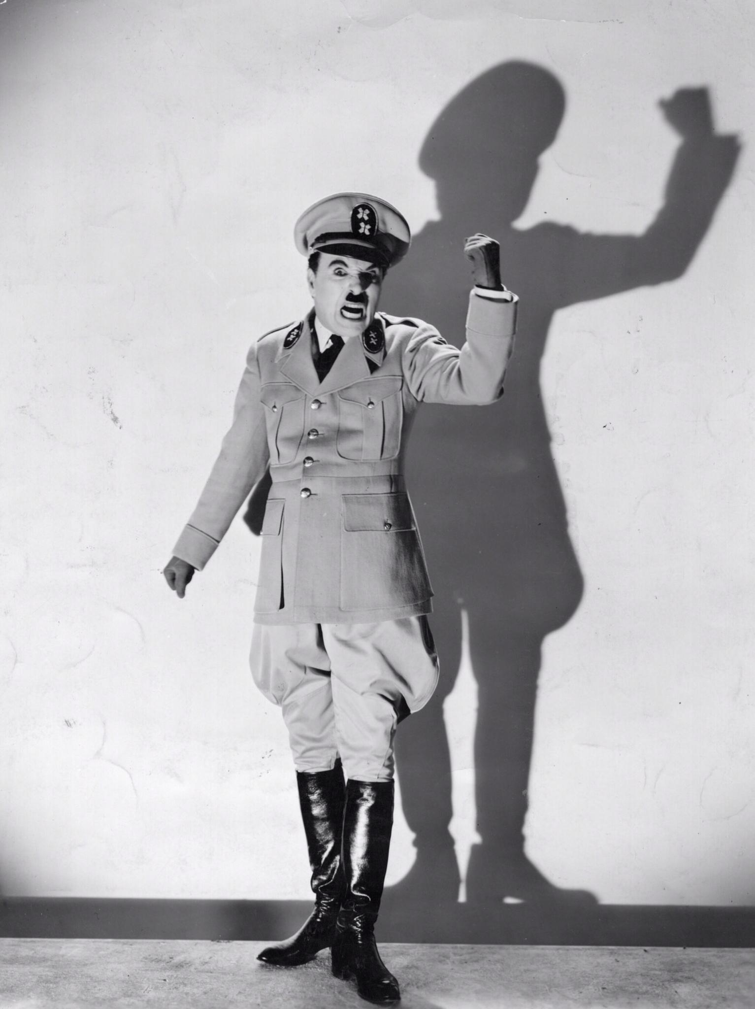 Charlie Chaplin interpreta una parodia de Hitler en El Gran Dictador